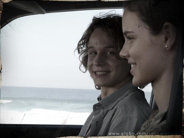 Tiago e Stela vivem seu romance supercolorido (Foto: TV Globo/Saramandaia)