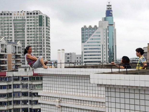 Mulher tentou pular de prédio após matar sobrinho em disputa familiar, segundo a imprensa chinesa (Foto: Reuters)