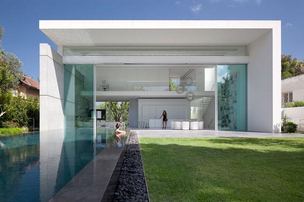Um cubo alvo entre dois campos verdes casa vogue casas for Mansiones minimalistas