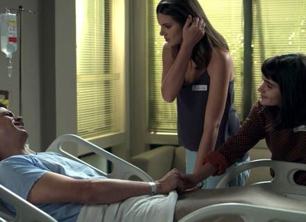 Eric acorda após cirurgia e encontra Luíza e Bebeth ao seu lado