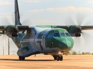 Aeronave C-105 Amazonas (SAR 2810), sobrevoam a área  onde a ultraleve pode ter caído. (Foto: sgt Johnson / Força Aérea Brasileira)