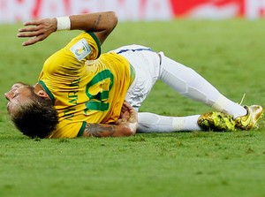 neymar machucado brasil x colombia   (Foto: Reuters)