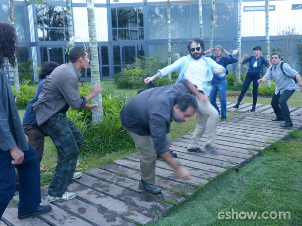 André é mais espertor que Messias e consegue desarmar o segurança (Foto: Além do Horizonte/TV Globo)