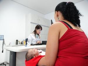 Ana Cristina, de dois meses, na primeira consulta de fisioterapia (Foto: Paula Cavalcante/ G1)