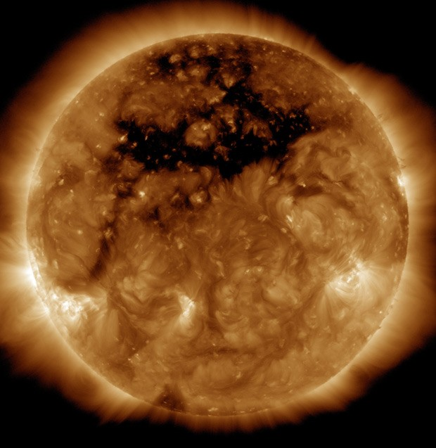 Buraco coronal (região mais escura no alto da imagem) é vista no Sol em imagem do dia 10 de outubro, divulgada nesta quarta-feira (Foto: NASA/SDO)