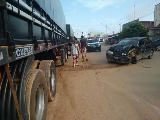 Veículo bateu em carreta estacionada em posto de Ji-Paraná (Foto: Pâmela Fernandes/G1)