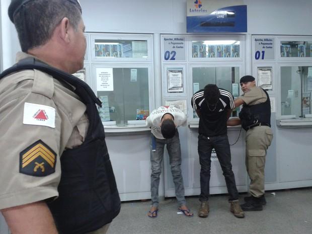 Assaltantes foram presos quando se preparavam para fugir com o dinheiro da lotérica (Foto: Michelly Oda / G1)