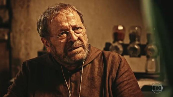 Padre Benício fica surpreso com o que ouve (Foto: TV Globo)