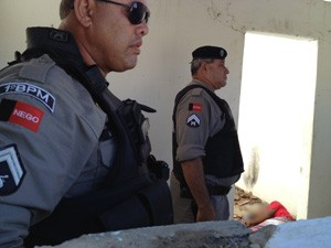 Homem foi encontrado morto dentro de casa abandonada (Foto: Walter Paparazzo/G1)