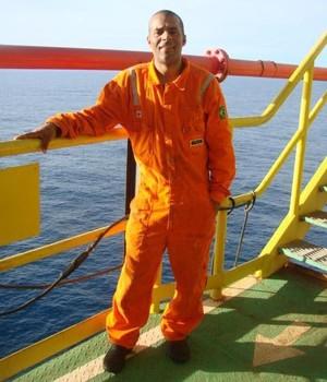 Juersen Batalha trabalhando em plataforma de petróleo  (Foto: Reprodução de Facebook)