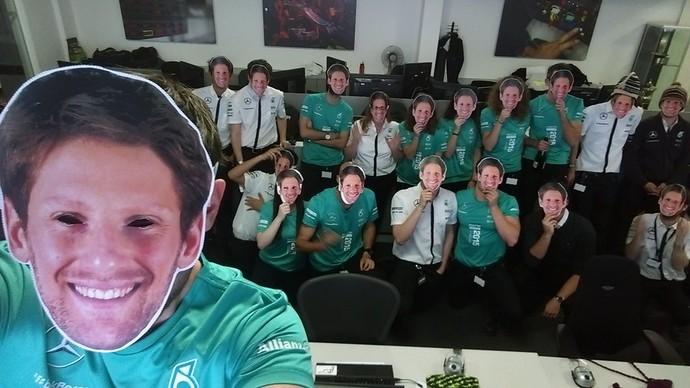 Mercedes também fez homenagem a Romain Grosjean em Abu Dhabi (Foto: Divulgação)