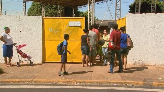 Três meses após o início das aulas, alunos estão sem uniformes em Barretos, SP