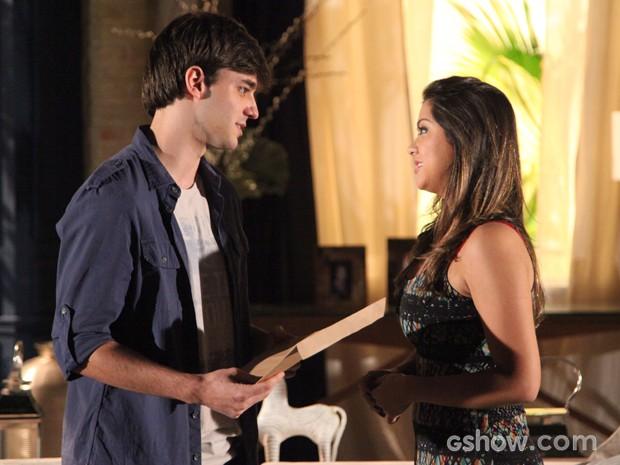 Lucas vai entregar pessoalmente cópias da faculdade para Bárbara (Foto: Carol Caminha/TV Globo)
