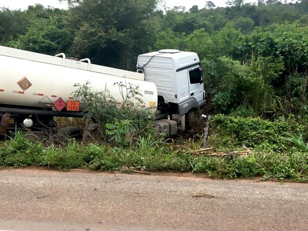Caminhão-tanque saiu da pista após acidente na BR-135 (Foto: Divulgação / PRF-MA)