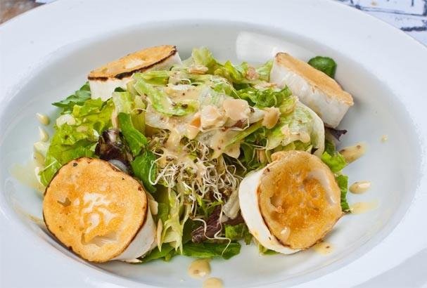 Salada de queijo de cabra é leve, deliciosa e fica pronta em poucos minutos!