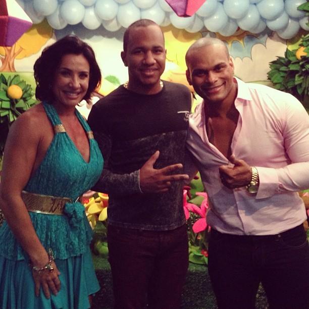 Scheila Carvalho com o marido, Tony Salles, com amigo na festa da filha Giulia (Foto: Instagram/ Reprodução)