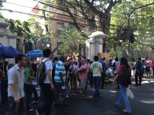 Candidatos chegam ao local da prova da OAB na Tijuca (Foto: Mariucha Machado/G1)