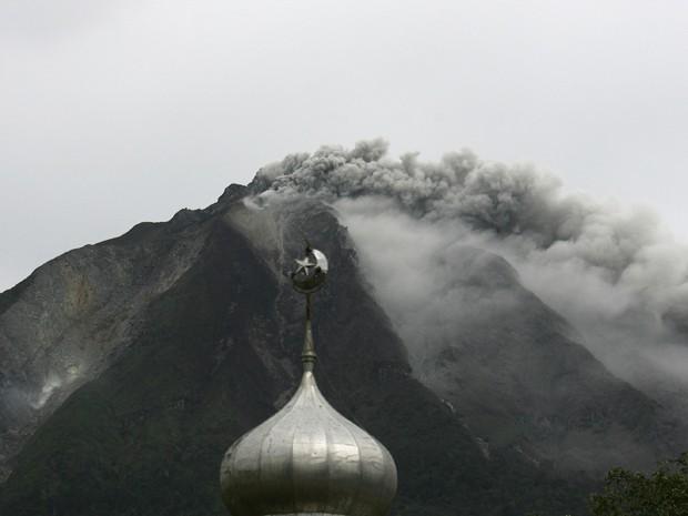 Vulcão desloca milhares na ilha de Sumatra, na Indonésia (Foto: Reuters)