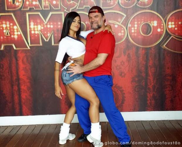 Aline Riscado e Adriano Garib posam sensuais no primeiro dia de ensaio (Foto: Domingão do Faustão/TV Globo)