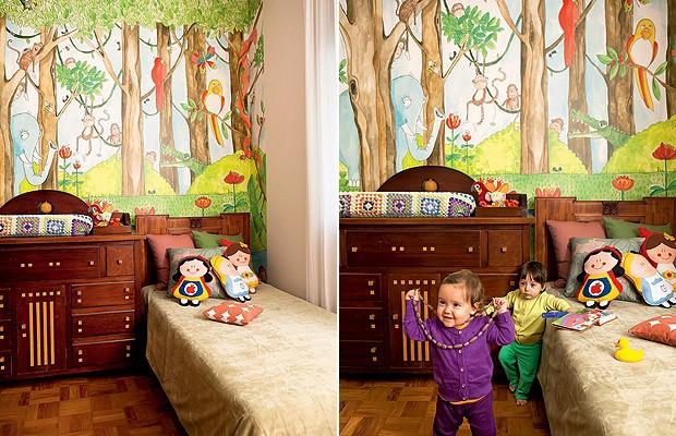 O quarto das filhas gêmeas de Chantal Ficarelli foge dos tons pastel. Com papel de parede no tema selva, o ambiente vibra (Foto: Edu Castello/Casa e Jardim)