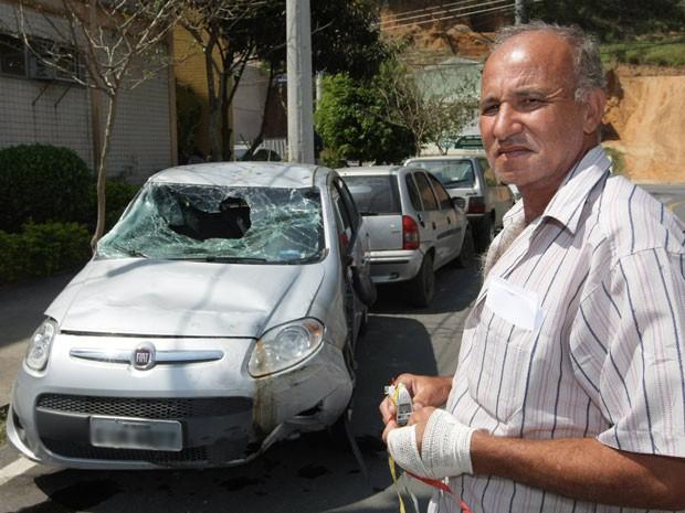 Celso Ernesto dos Santos, de 53 anos, com mão machucada em frente carro em que foi sequestrado por bandidos São Paulo (Foto: Fábio Guimarães / Extra / Agência O Globo)