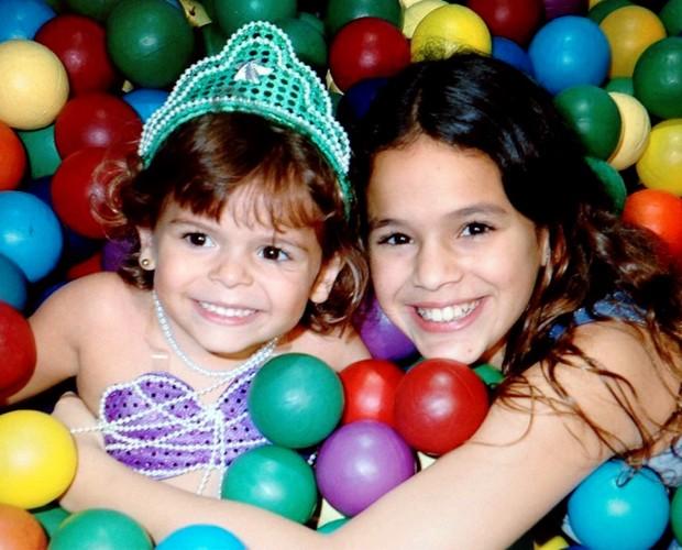 Bruna Marquezine brinca em piscina de bolinhas com a irmã Luana (Foto: TV Globo)