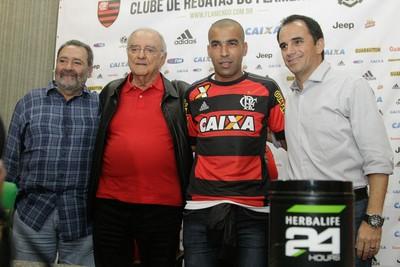 Emerson, ao lado de Rodrigo, e os dirigentes Walter D'Agostino e Fred Luz na apresentação, em junho (Foto: Gilvan de Souza/Fla Imagem)