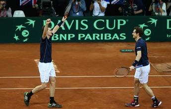 Irmãos Murray vencem nas duplas, e Andy joga pelo título contra Goffin