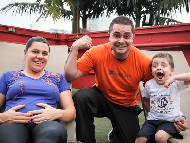 Handerson Eduardo de Oliveira, de 37 anos, Kaline Neri Pereira, de 36, e o filho Leonardo: gastos de Natal serão reduzidos em até 30% (Foto: Fábio Tito/G1)