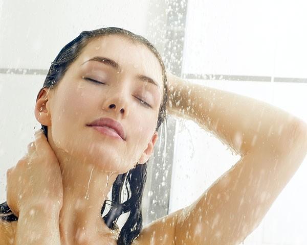 A esfoliação capilar ajuda a promover uma limpeza profunda do couro cabeludo (Foto: Thinkstock)
