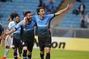 Geromel e Marcelo Oliveira comemoram gol do Grêmio (Foto: Lucas Uebel / Grêmio, DVG)