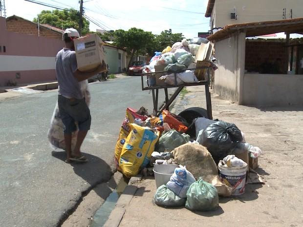 Lixo se acumula em calçadas após garis deflagrarem greve em Teresina (Foto: Reprodução/TV Clube)