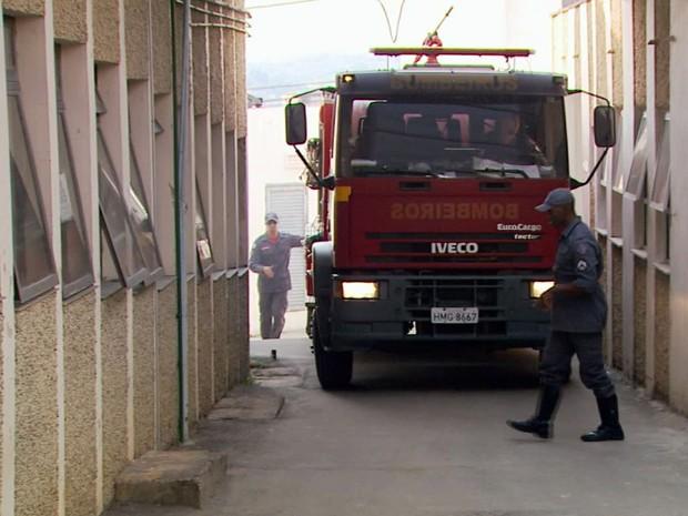Bombeiros abastecem hospital que ficou sem água nesta sexta-feira em Varginha (Foto: Reprodução EPTV)