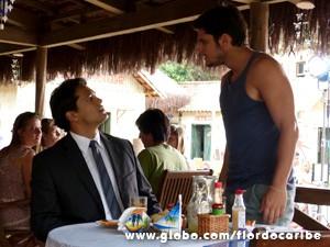 O Hélio solta o seu veneno para Juliano, mas ele não dá mole (Foto: Flor do Caribe / TV Globo)