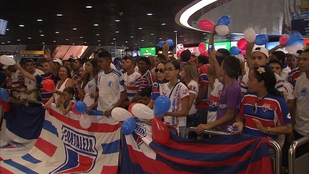 Com bandeiras e cartazes, tricolores agradeceram empenho do time e pediram acesso à Série B (Foto: Reprodução/TV Verdes Mares)