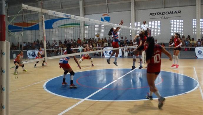 No feminino, São Bento do Una e Riacho Doce abriram as disputas do 8º Campeonato TV Asa Branca de Voleibol (Foto: Mavian Barbosa / GloboEsporte.com)
