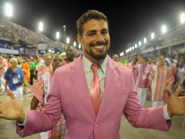 Cauã Reymond mostra simpatia antes do início do desfile (Foto: Alexandre Durão/G1)