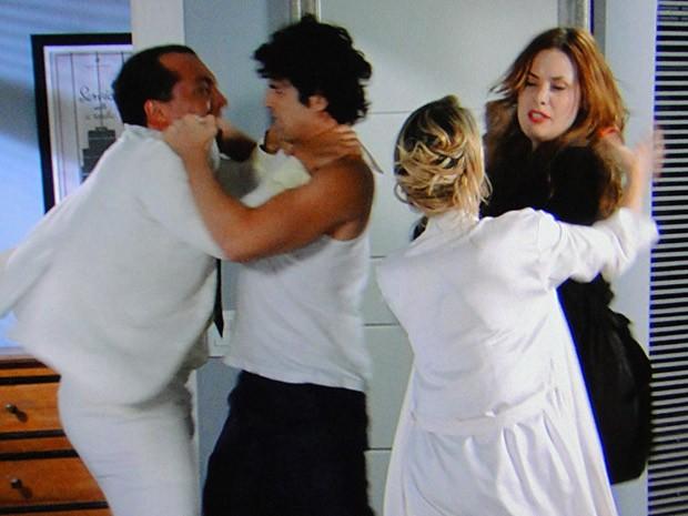 Os dois casais quebram o pau! (Foto: Guerra dos Sexos / TV Globo)