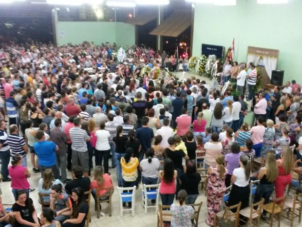 Centenas de pessoas participam de velório de familiares na noite desta quinta (26) (Foto: Martin de Moraes/RBS TV)