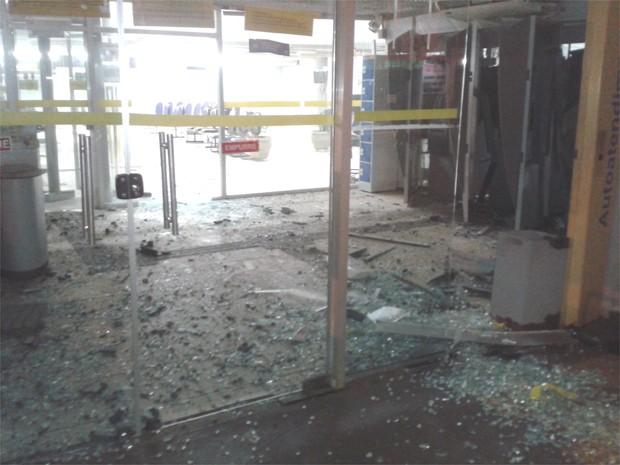 Recepção da agência ficou destruída após explosão de caixas eletrônicos (Foto: Fábio Reis/Jornal Popular)