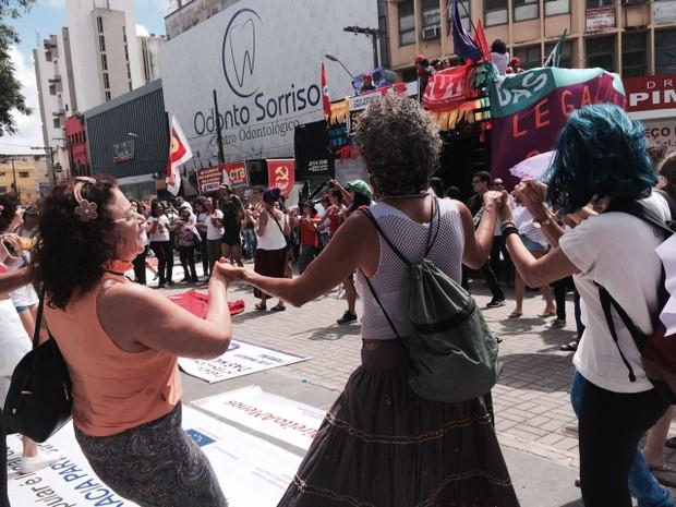 Mulheres fazem ciranda em ato público pelo Dia Internacional da Mulher em João Pessoa (Foto: Anne Dias/Divulgação)