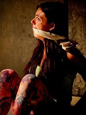 Depois de capturada ela fica desesperada (Foto: Avenida Brasil / TV Globo)