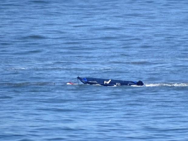 Embarcação quase afundou no mar em São Vicente (Foto: Roberto Strauss / G1)