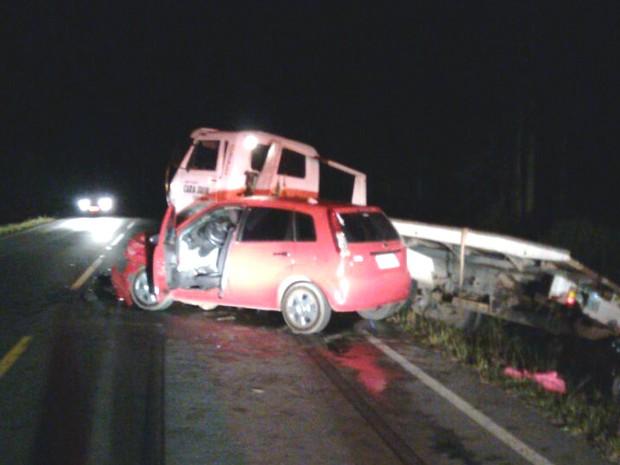 Acidente foi entre carro e caminhão na PR-151, em São Mateus do Sul  (Foto: Anderson Maciel/Arquivo Pessoal )