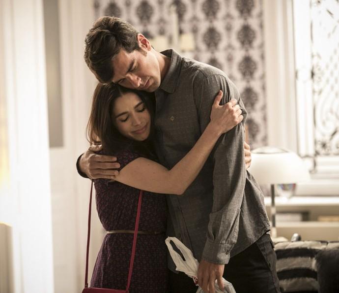 Atores se abraçam nos bastidores de 'Haja Coração' (Foto: Raphael Dias/Gshow)