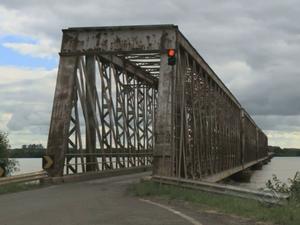 Ponte foi interditada devido à cheia na Fronteira Oeste do RS (Foto: Reprodução/RBS TV)