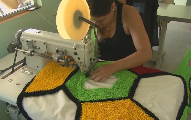 Artesã produz tapetes com técnica 'fru fru' em Ji-Paraná (Foto: Bom Dia Amazônia)