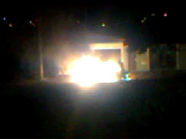 Carro em chamas em Campinas na noite de sábado (7) (Foto: Rodrigo/VC no G1)