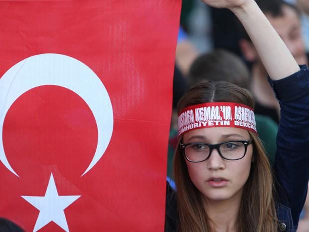 4 de junho - Manifestante com bandeira da Turquia em Ancara (Foto: AFP)