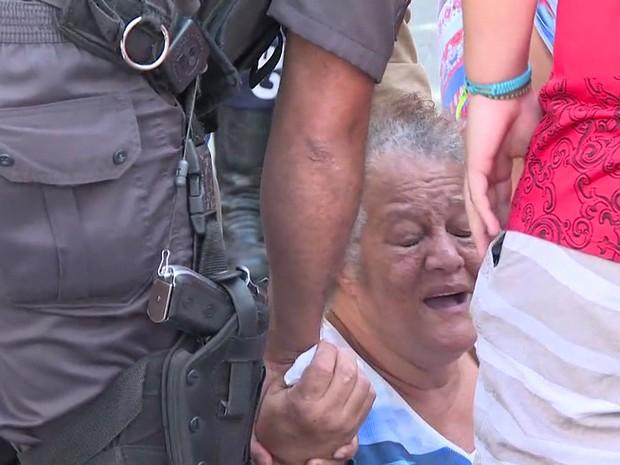 Policial Militar consola mulher que se desesperou ao chegar no local do atropelamento da jovem (Foto: Reprodução/TV Globo)